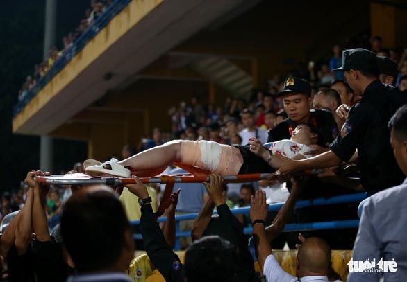 Điều tra vụ cổ động viên Nam Định đốt pháo sáng, gây rối trên sân Hàng Đẫy - Ảnh 2.