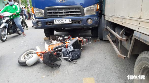 Xe tải nghi mất thắng húc 2 xe máy, 1 người chết - Ảnh 2.