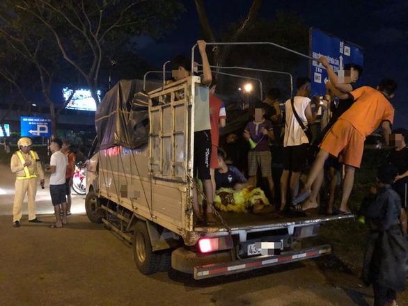 CSGT tuýt còi nhiều xe tải chở người trên thùng xe đi múa lân - Ảnh 1.