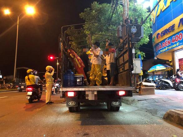 CSGT tuýt còi nhiều xe tải chở người trên thùng xe đi múa lân - Ảnh 2.