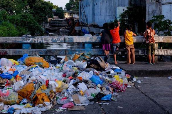 Dân làng Philippines đổi 2kg rác nhựa lấy 1kg gạo - Ảnh 1.
