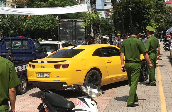 Cảnh sát giao thông dùng súng AK chọc thủng kính ôtô vi phạm cố tình bỏ chạy - Ảnh 3.