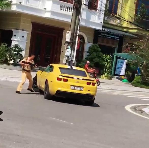 Cảnh sát giao thông dùng súng AK chọc thủng kính ôtô vi phạm cố tình bỏ chạy - Ảnh 2.