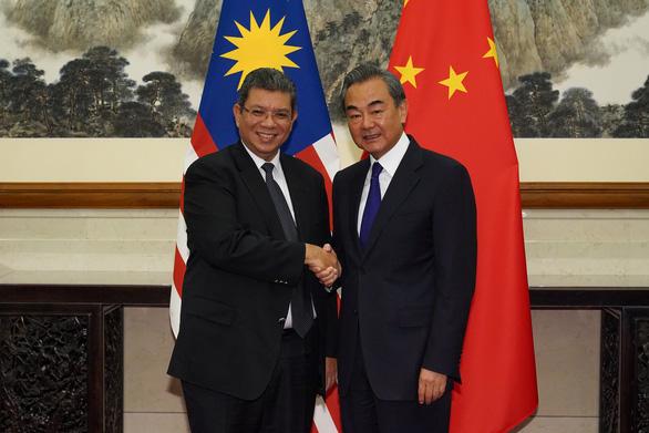 Ngoại trưởng Malaysia gọi Ngoại trưởng Trung Quốc là anh trai - Ảnh 1.