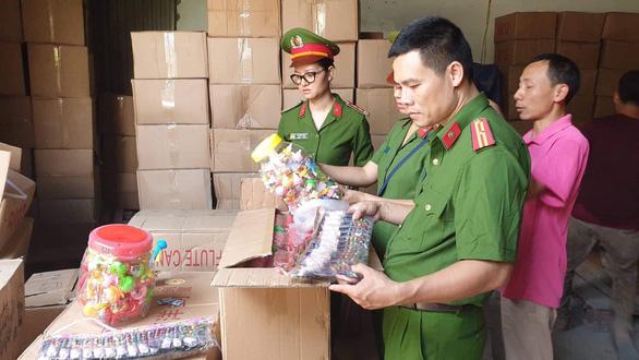 50 tấn bánh kẹo, đồ chơi Trung thu nhãn mác Trung Quốc ghi chữ Thái Lan - Ảnh 1.