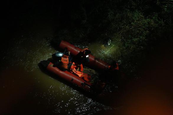 Container lao vào nhiều xe máy trên cầu Thanh Trì, hất văng người xuống sông - Ảnh 1.