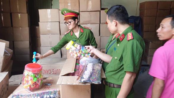 50 tấn bánh kẹo, đồ chơi Trung thu nhãn mác Trung Quốc ghi chữ Thái Lan - Ảnh 2.