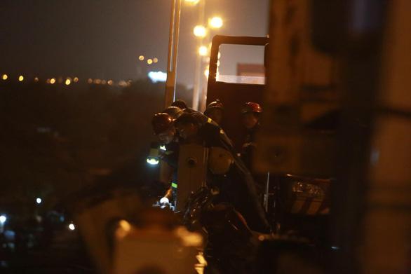 Container lao vào nhiều xe máy trên cầu Thanh Trì, hất văng người xuống sông - Ảnh 3.