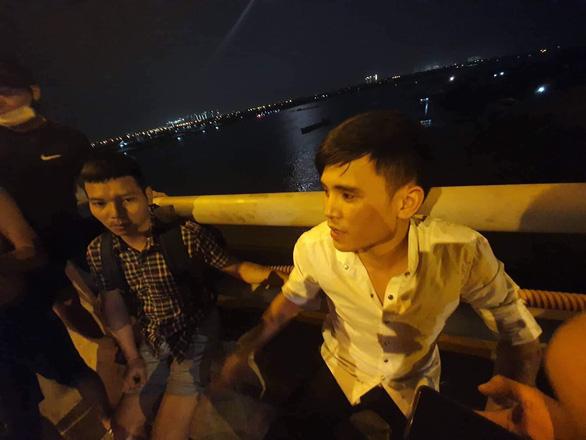 Container lao vào nhiều xe máy trên cầu Thanh Trì, hất văng người xuống sông - Ảnh 8.