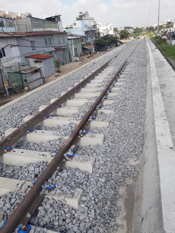 Chuyển tải khách đi tàu SE22 bằng ôtô ra ga Bình Triệu ngày thông cầu đường sắt Bình Lợi - Ảnh 1.