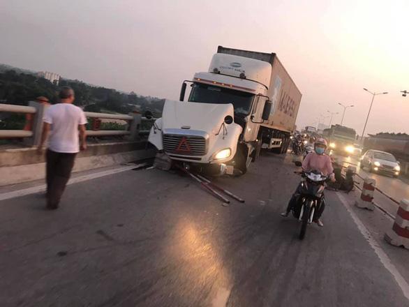Container lao vào nhiều xe máy trên cầu Thanh Trì, hất văng người xuống sông - Ảnh 6.