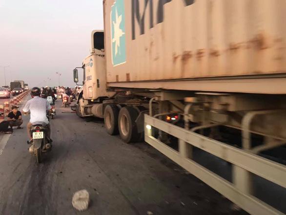 Container lao vào nhiều xe máy trên cầu Thanh Trì, hất văng người xuống sông - Ảnh 5.
