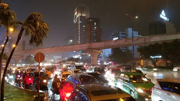 Miền Nam mưa lớn, TP.HCM kẹt xe khủng hoảng, đêm nay và ngày mai mưa tiếp? - Ảnh 4.