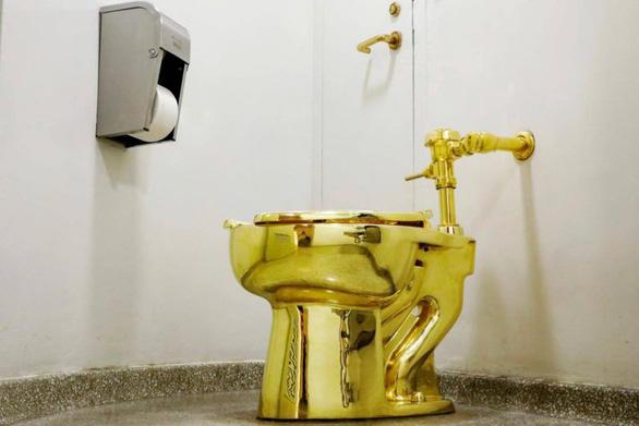 Bồn cầu bằng vàng khối America trong cung điện Anh bị trộm gỡ mất - Ảnh 1.