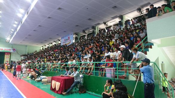 Cả ngàn khán giả xem trận đấu futsal giữa Thái Sơn Nam và Sahako - Ảnh 1.