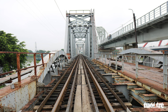 Video chuyến tàu cuối cùng qua cầu đường sắt Bình Lợi 117 tuổi - Ảnh 6.