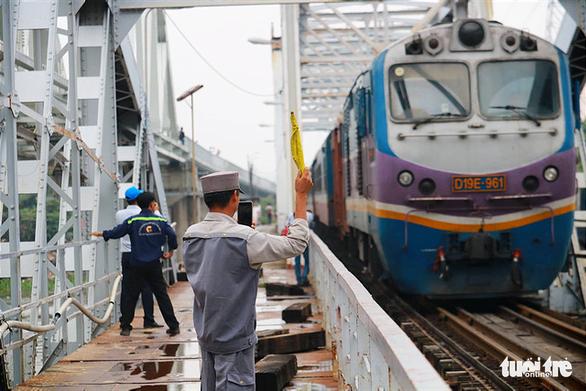 Video chuyến tàu cuối cùng qua cầu đường sắt Bình Lợi 117 tuổi - Ảnh 3.