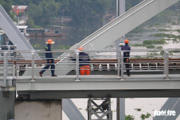 Video chuyến tàu cuối cùng qua cầu đường sắt Bình Lợi 117 tuổi - Ảnh 5.