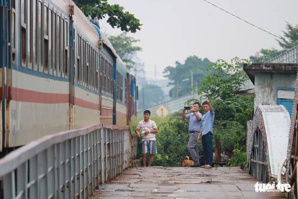 Video chuyến tàu cuối cùng qua cầu đường sắt Bình Lợi 117 tuổi - Ảnh 4.