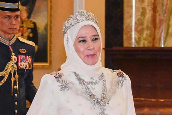Hoàng hậu Malaysia không muốn cảnh sát bắt nghi phạm xúc phạm bà trên mạng xã hội - Ảnh 1.