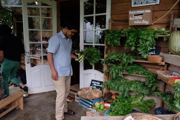 Người Đà Lạt dỡ nhà kính để trồng vườn truyền thống - Ảnh 10.