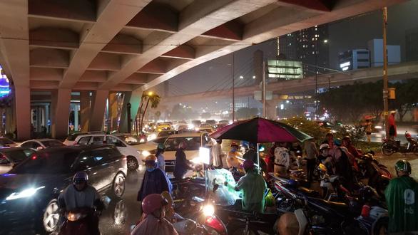 Miền Nam mưa lớn, TP.HCM kẹt xe khủng hoảng, đêm nay và ngày mai mưa tiếp? - Ảnh 1.
