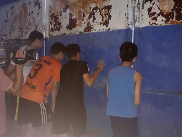 Sân Hàng Đẫy không bóng người, CĐV Hà Nội tiếp sức bên ngoài khán đài B - Ảnh 4.