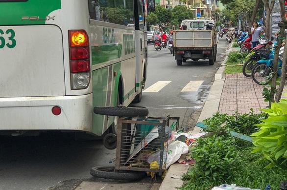 Người phụ nữ đẩy xe ve chai qua đường bị xe khách tông chết - Ảnh 2.