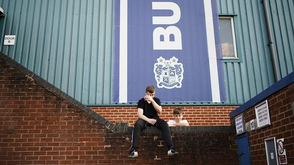 Bury FC và nợ nần trong bóng đá - Ảnh 1.