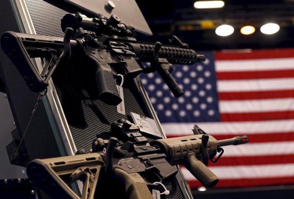 Mỹ cân nhắc mở app kiểm tra lý lịch người mua súng - Ảnh 1.