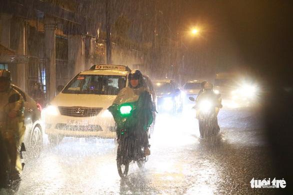 Nam bộ mưa to gió lớn, TP.HCM khó tránh ngập nước - Ảnh 1.