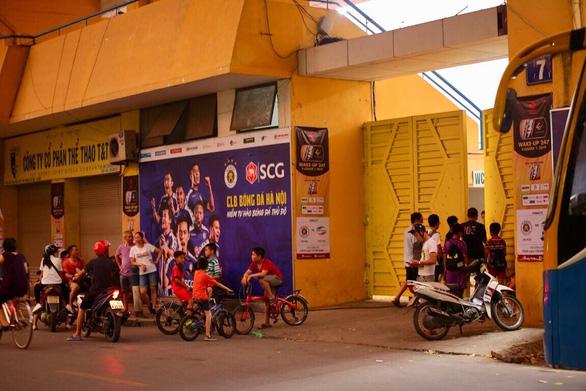 Sân Hàng Đẫy không bóng người, CĐV Hà Nội tiếp sức bên ngoài khán đài B - Ảnh 6.