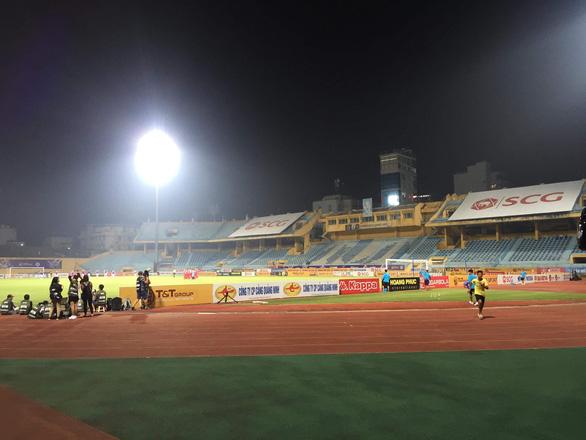Sân Hàng Đẫy không bóng người, CĐV Hà Nội tiếp sức bên ngoài khán đài B - Ảnh 1.