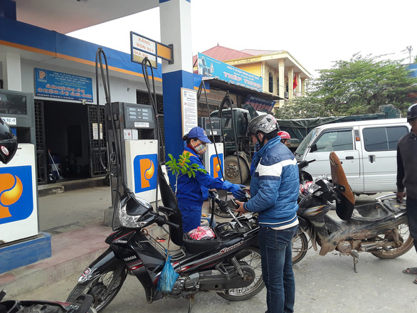 Giá xăng dầu giảm nhẹ hơn 100 đồng - Ảnh 1.