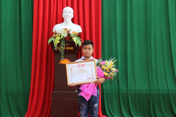 Khen thưởng học sinh lớp 7 nhặt được hơn 70 triệu trả lại người mất - Ảnh 2.