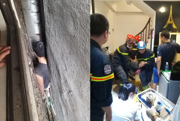 Cảnh sát giải cứu người đàn ông mắc kẹt ở khe hở giữa 3 ngôi nhà - Ảnh 1.