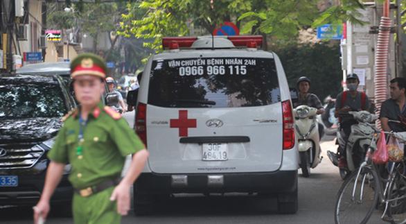 Thanh niên nhảy lầu ở Nghĩa Đô đã chết, nghi giết 2 cô gái do mâu thuẫn tình cảm - Ảnh 1.