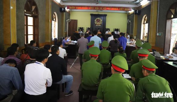 Hoãn phiên tòa xử vụ gian lận thi cử ở Sơn La vì nhiều người được triệu tập vắng mặt - Ảnh 4.