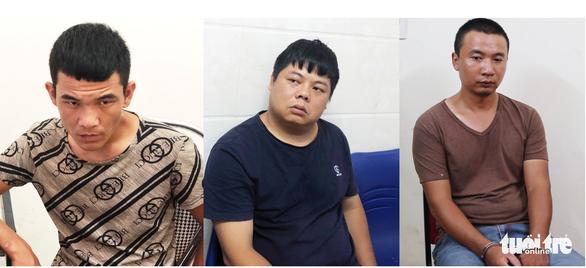 Bắt nhóm nghi phạm người Trung Quốc làm giả hàng trăm thẻ ATM - Ảnh 1.