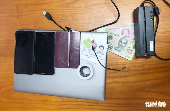 Bắt nhóm nghi phạm người Trung Quốc làm giả hàng trăm thẻ ATM - Ảnh 2.