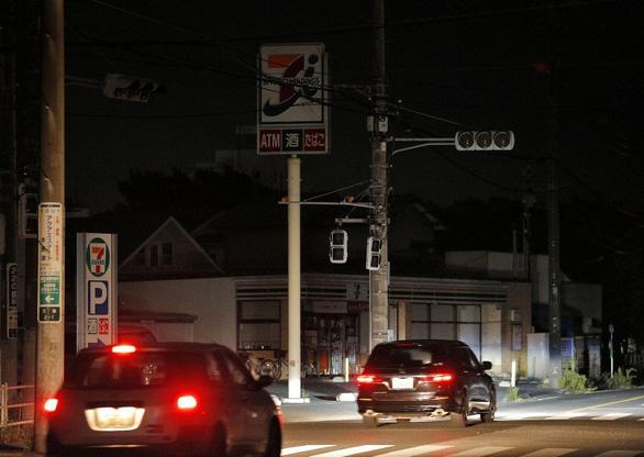 1 tuần sau bão, 80.000 hộ gia đình Nhật vẫn chưa có điện - Ảnh 1.