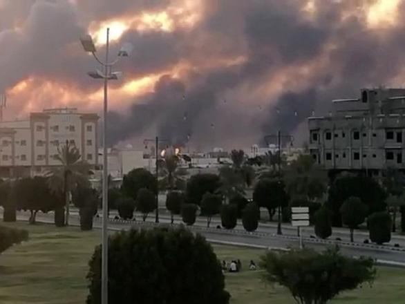 Mỹ: Iran tấn công nhà máy lọc dầu Saudi Arabia với hàng chục tên lửa - Ảnh 1.