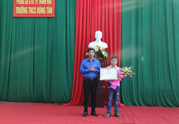 Khen thưởng học sinh lớp 7 nhặt được hơn 70 triệu trả lại người mất - Ảnh 1.