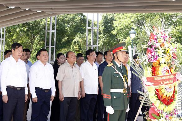 Thủ tướng Nguyễn Xuân Phúc dâng hương tưởng nhớ anh hùng, liệt sĩ tại Thành cổ Quảng Trị - Ảnh 3.