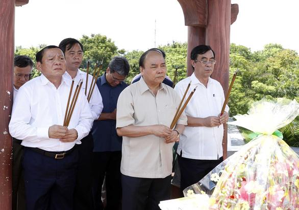 Thủ tướng Nguyễn Xuân Phúc dâng hương tưởng nhớ anh hùng, liệt sĩ tại Thành cổ Quảng Trị - Ảnh 1.