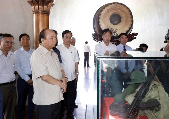 Thủ tướng Nguyễn Xuân Phúc dâng hương tưởng nhớ anh hùng, liệt sĩ tại Thành cổ Quảng Trị - Ảnh 2.