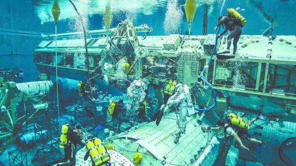Phi hành gia NASA luyện tập trong bể nước chuẩn bị lên Mặt trăng - Ảnh 2.