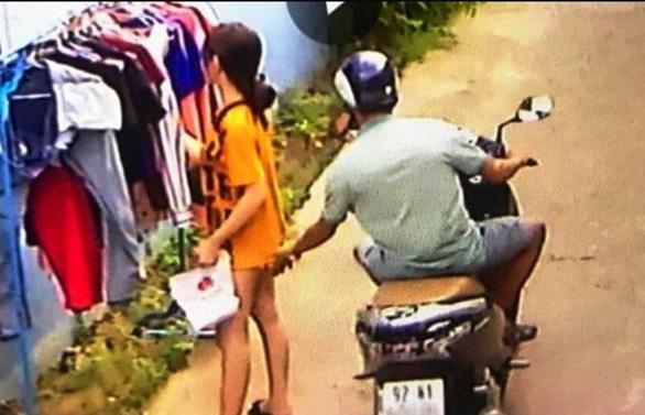 Phạt nam thanh niên sàm sỡ cô gái đứng phơi đồ 200.000 đồng - Ảnh 1.