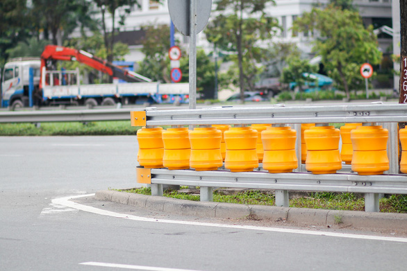 Lắp hộ lan bánh xoay trên đường Mai Chí Thọ để giảm tai nạn giao thông - Ảnh 2.
