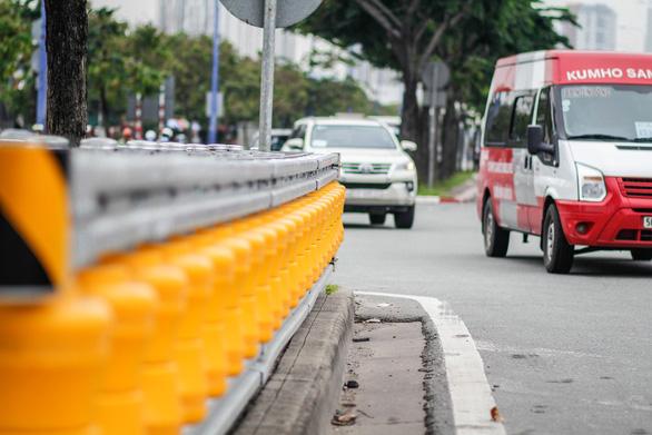 Lắp hộ lan bánh xoay trên đường Mai Chí Thọ để giảm tai nạn giao thông - Ảnh 3.